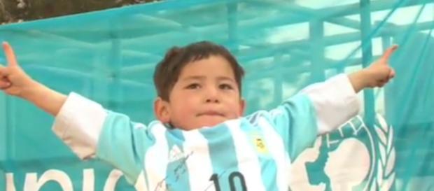Murtaza com a camisa autografada por Messi.
