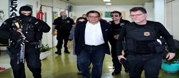 O marqueteiro João Santana sendo preso