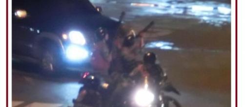 Paramilitares disparando a población civil