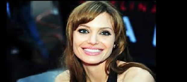 Angelina en escenas de topless