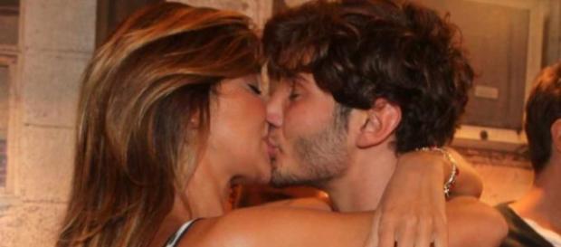 Belen e Stefano mentre si baciano.