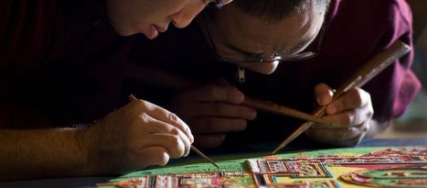 Dos monjes tibetanos efectuando mandalas