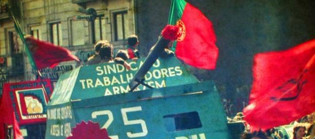 O povo uniu-se aos militares durante o movimento.
