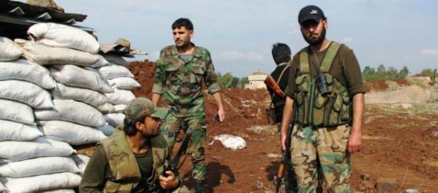 Soldati siriani impegnati al fronte contro l'Isis