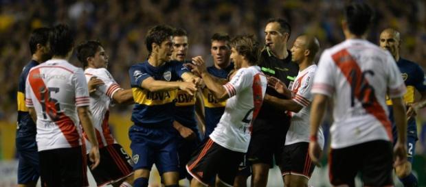 Boca Juniors vs River Plate enfrentandose