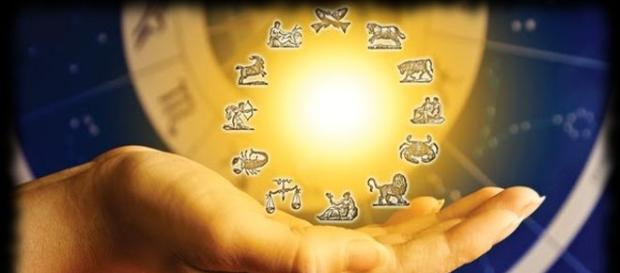 Mișcarea anuală aparentă a Soarelui în zodiac