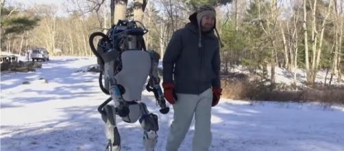 O robô Atlas da Google e o seu treinador.