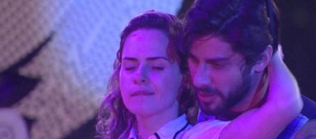 Ana Paula sensualiza com Renan em festa do BBB