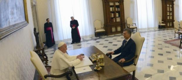 Francisco ni sonrió a Macri y supo abrazar a CFK