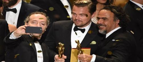 Lubezki toma selfie con Iñárritu y DiCaprio (AFP)