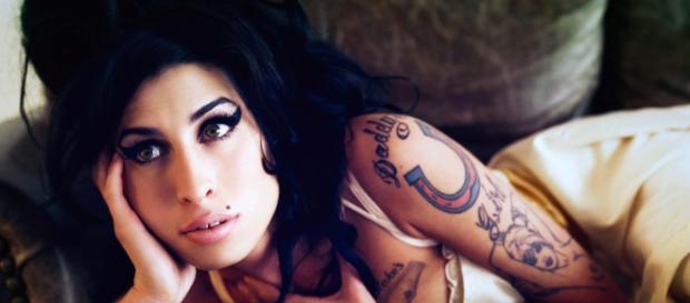 Amy Winehouse faleceu em 2011 por abuso de álcool