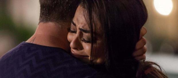Carolina chora em silêncio após fora de Arthur