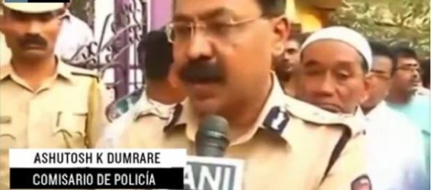 comisario de policía dando el comunicado