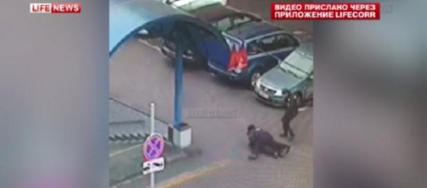 Il momento dell'arresto della donna a Mosca
