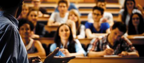 Profesor dando clase en la universidad