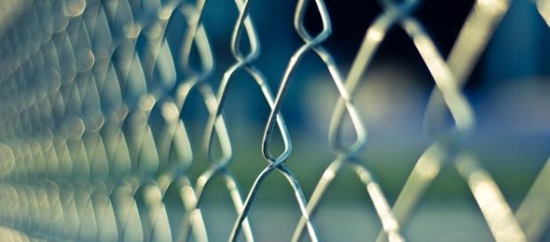 Foto simbolica della recinzione di un carcere