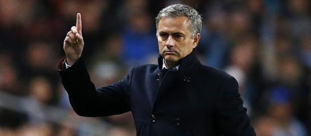 José Mourinho intenta reorganizar su futuro.
