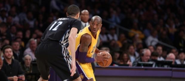 Kobe Bryant sendo marcardo por Tayshaun Prince.