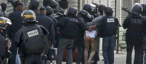 Policias franceses en la redada en Saint Denis