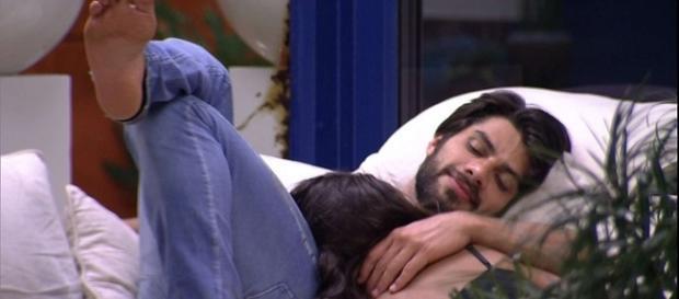 Juliana e Renan deitados na varanda