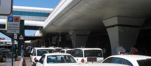 Taxi in attesa al terminal arrivi di Fiumicino