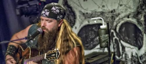 Zakk Wylde regressa a solo com Book Of Shadows II