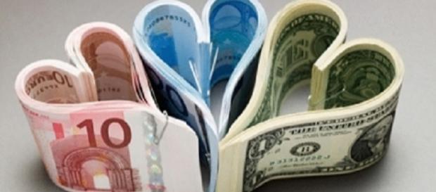 Billetes con forma de corazón.
