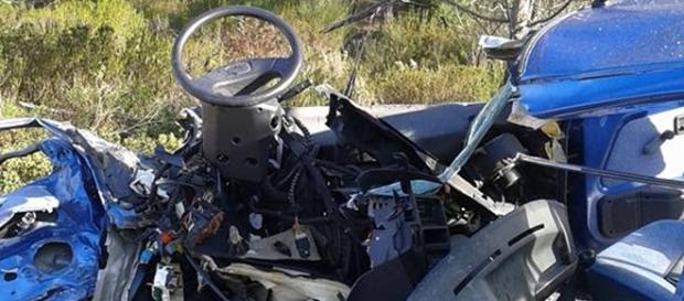 Carro em destroços revela violência da colisão