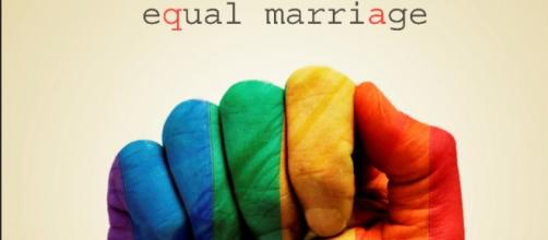 mani arcobaleno per un matrimonio uguale
