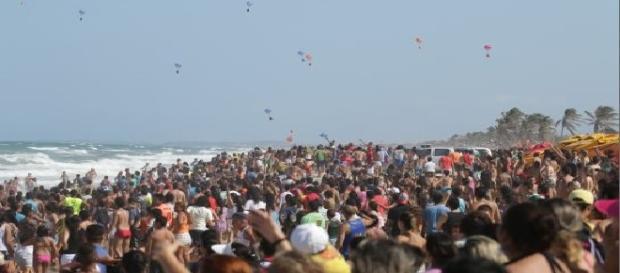 """""""Chuva"""" de óculos em praia de Fortaleza."""