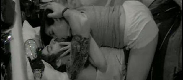 Munik e Renan se beijam (Reprodução/globo)