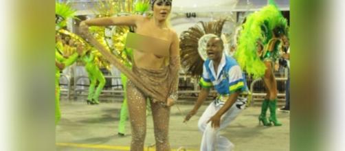 Modelo faz protesto contra Dilma em plena avenida