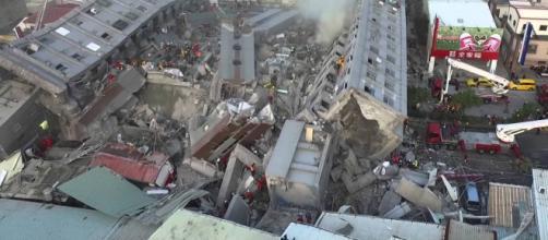 Edificio derrumbado tras terremoto.
