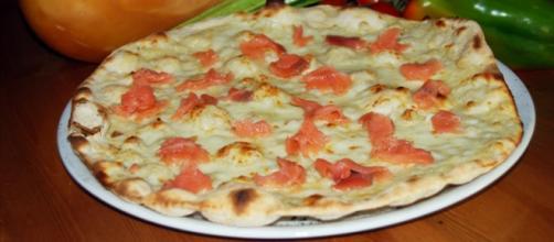 La famosissima pizza al salmone.