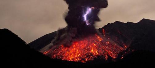 Volcán en erupción desde el día 5 de febrero