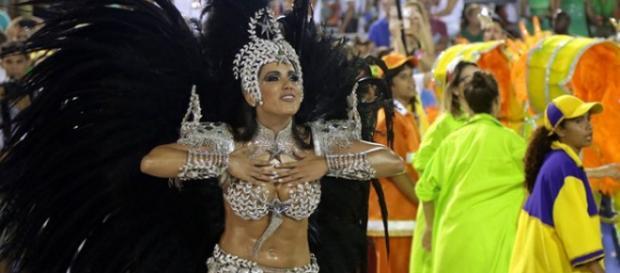 Anitta rouba a cena no carnaval do Rio