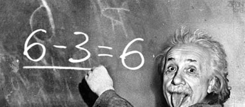 Albert Einstein alla lavagna fa la linguaccia
