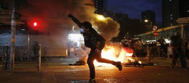 Incendio provocado por los manifestantes.