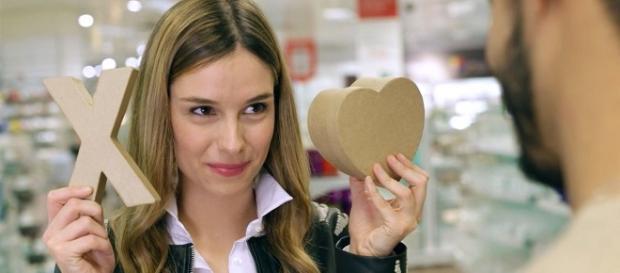 La chica pregunta equis o corazón.