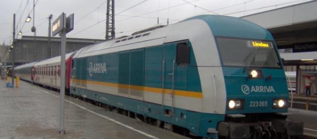 Tren regional alemán en la estación.