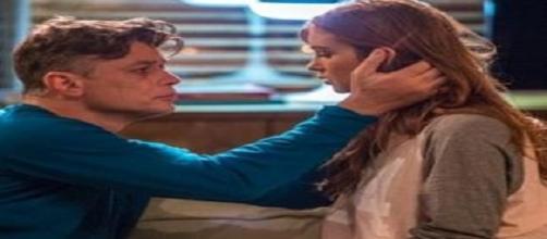 Arthur vira 'principe' e pede Eliza em casamento