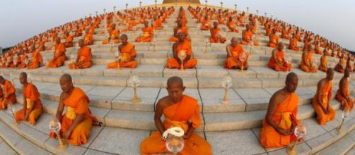 Foto con efecto ojo de pez de los monjes budistas.