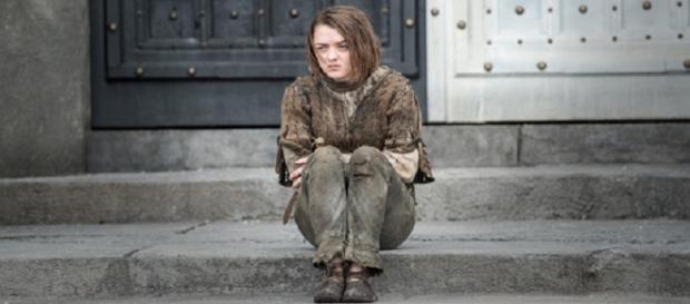 Arya, frente a la Casa de Blanco y Negro