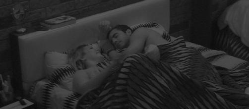 Cacau e Matheus têm noite de amor no BBB16