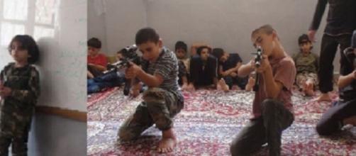 Los menores durante su entrenamiento con armas.