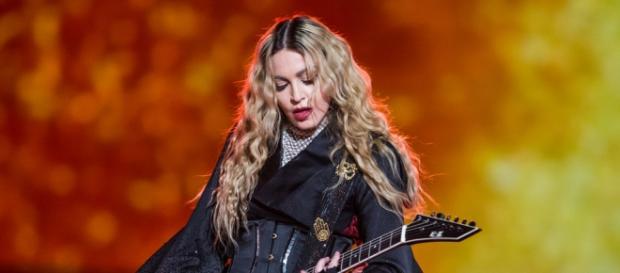 Madonna elle pete les plombs sur scène !