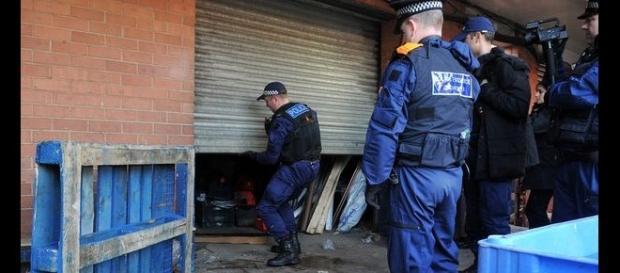 Polițiști britanici în timpul unei percheziții