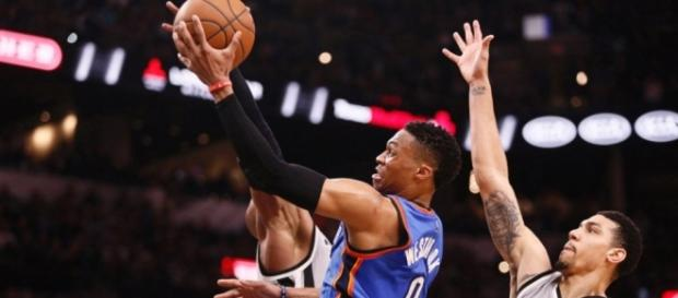 Westbrook intentando anotar frente a los Spurs