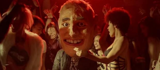 Mike Posner (28) mit Maske im Videoclip