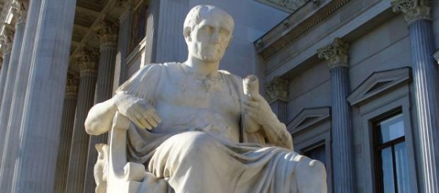 Estatua con Julio César sentado.